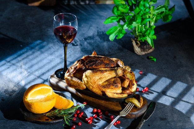 Pollo a la parrilla con vino y naranja