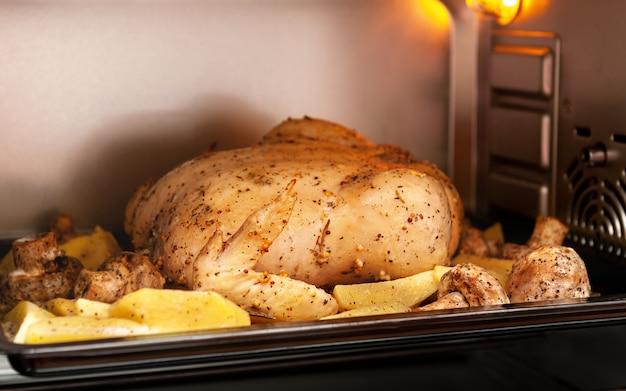 Pollo con patata al horno. preparado para hornear.