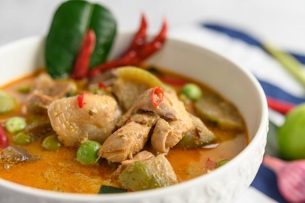 Pollo picante salteado con berenjenas tailandesas.