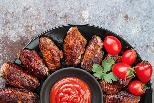 Pollo a la plancha con salsa de tomate y hojas de cilantro.