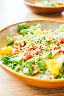 Pollo a la plancha con verduras y granada.