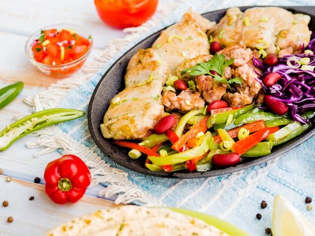 Pollo a la plancha con verduras en juliana.