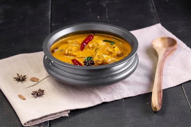 Pollo con plátanos crudos al curry, pollo picante con plátano verde, plato indio más sabroso