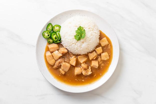 Pollo en salsa marrón o salsa gravy con arroz - estilo de comida asiática
