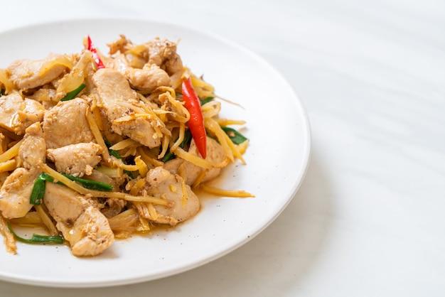 Pollo salteado con jengibre - estilo de comida asiática