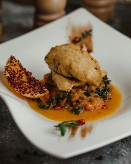 Pollo salteado con papas en caldo aceitoso.