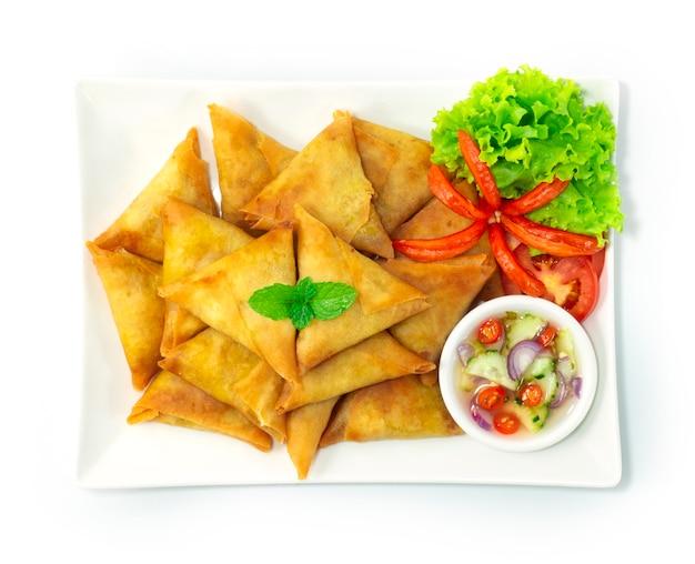 El pollo samosa es un bocadillo frito. el relleno es una sabrosa mezcla, cebolla, jengibre, ajo y especias junto con pollo al curry picado.