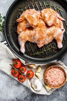 Pollo de tabaco crudo en sartén. vista superior