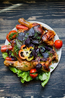 Pollo tabaco y verduras frescas