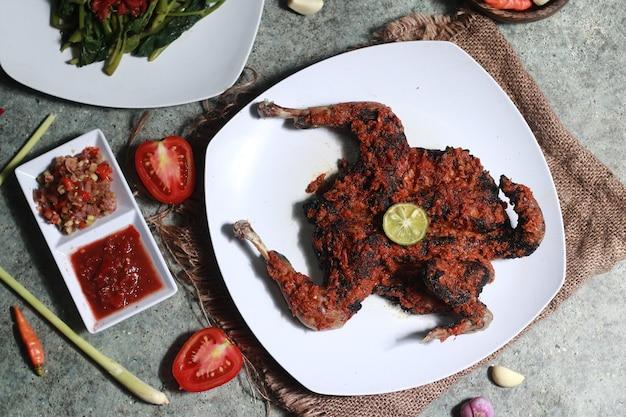 Pollo taliwang con un sabor picante de indonesia