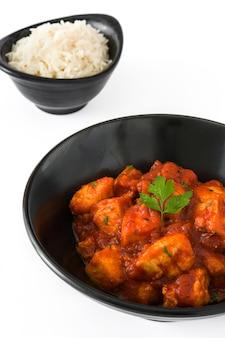 Pollo tikka masala y arroz en un tazón blanco