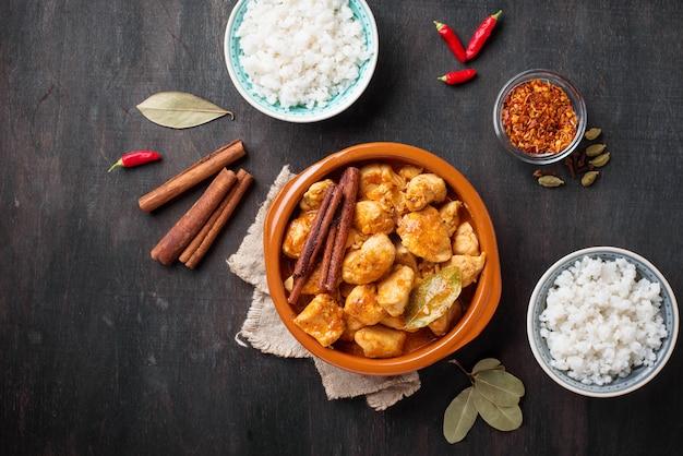 Pollo tikka masala. plato indio tradicional