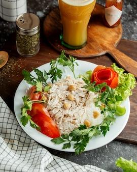 Pollo con tomates de arroz y un vaso de jugo.