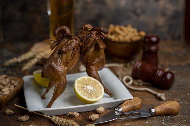 Pollos a la plancha con limón y pistacho.