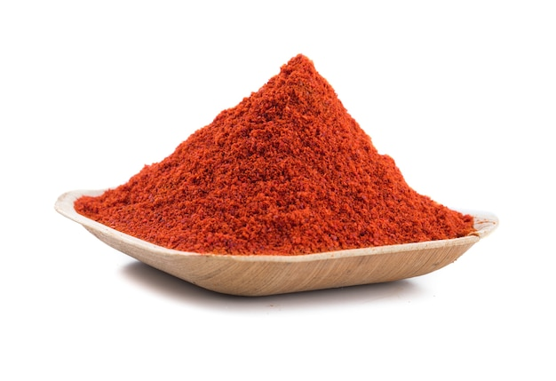 Polvo de ají rojo sobre fondo blanco