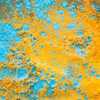 Polvo azul amarillo en mesa