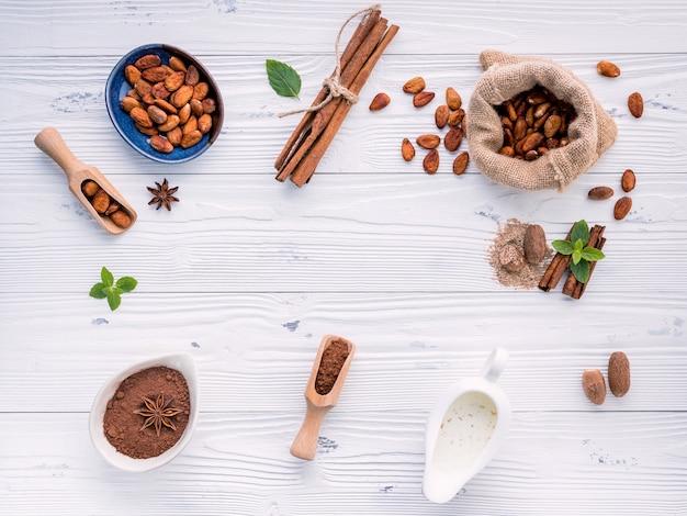 Polvo de cacao y habas del cacao en fondo de madera.