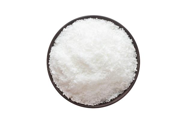 Polvo de coco en cuenco de arcilla aislado. vista superior de condimentos o especias