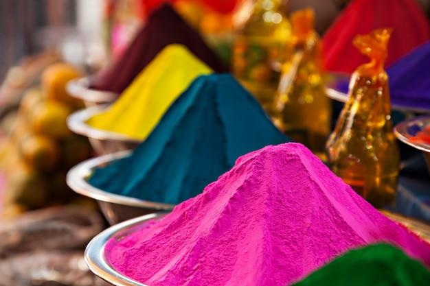 Polvo colorido en el mercado de la india