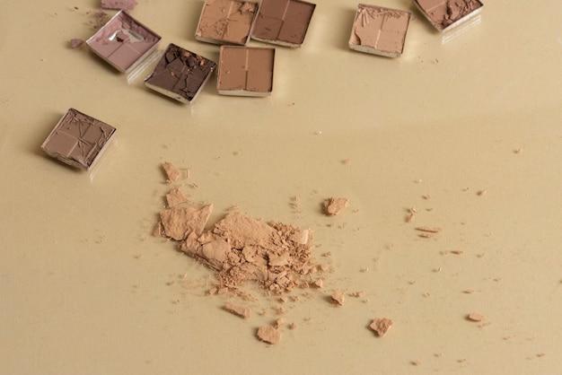 Polvo cosmético roto con espacio de copia