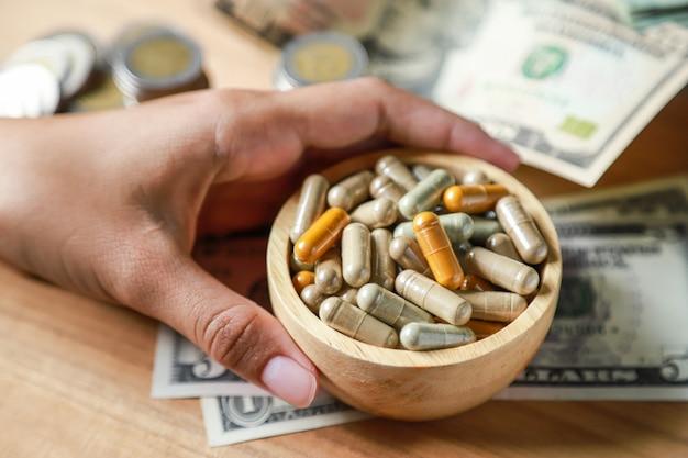 Polvo de hierbas medicinales con cápsulas para una alimentación saludable de muchas hierbas, con dinero en dólares