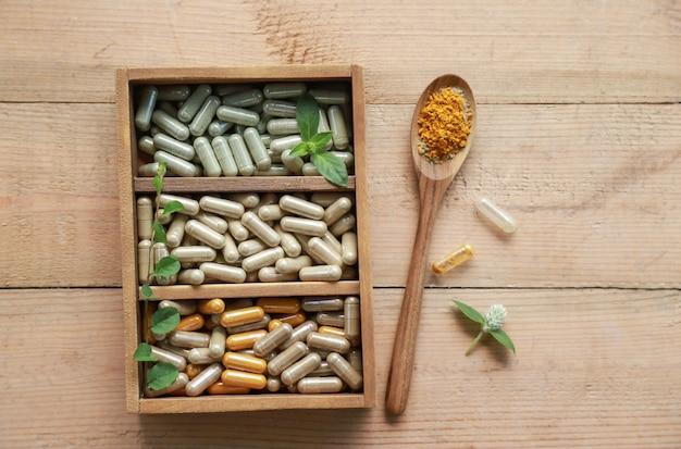 Polvo de hierbas medicinales con cápsulas para una alimentación saludable de muchas hierbas, suplemento alternativo para una buena vida