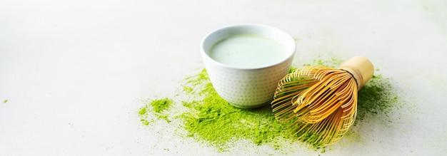 Polvo de matcha de té verde orgánico con herramientas japonesas chasen batidor de bambú