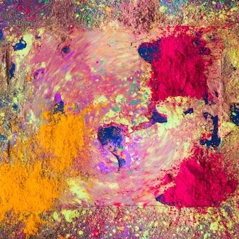 Polvo multicolor seco en mesa oscura