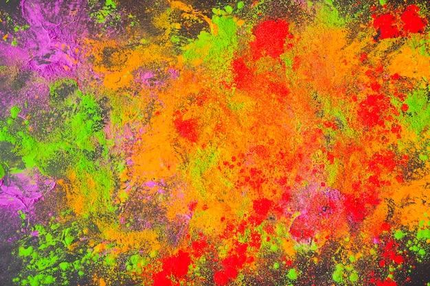 Polvo pintado dispersado en la mesa