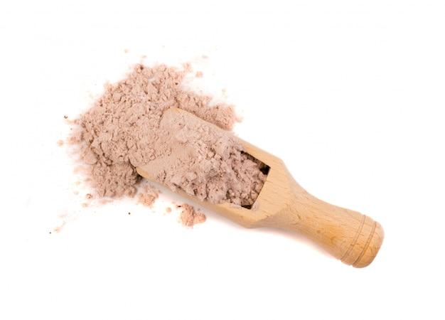 Polvo de proteína de cacao en suero para batido de fitness marrón aislado