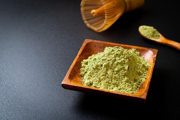 Polvo de té verde matcha con batidor
