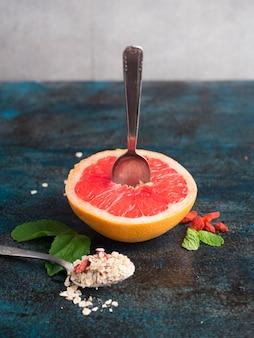 Pomelo con harina de avena en la mesa azul
