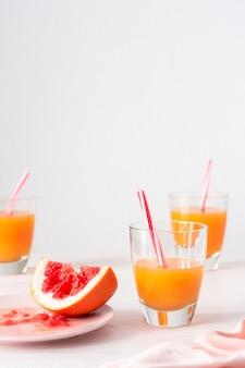 Pomelo y zumo de naranja, bebida cítrica refrescante de verano