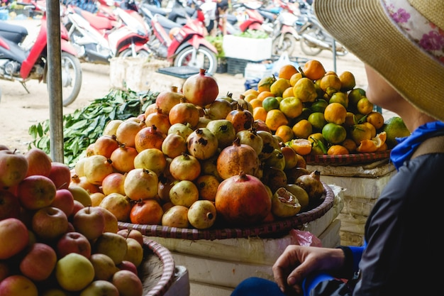 Pomergranates recién cosechados en el mercado