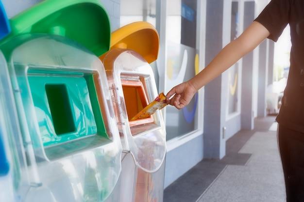 Pon la basura en la basura por la clasificación de basura.