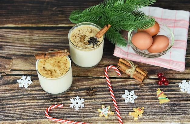 Ponche de huevo deliciosas bebidas navideñas como fiestas temáticas con canela y nuez moscada para navidad tradicional y vacaciones de invierno ponche de huevo casero en vasos y huevos frescos
