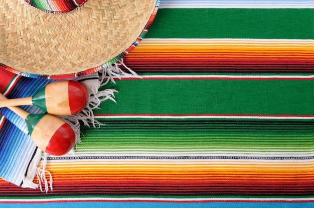 Poncho y sombrero mexicano