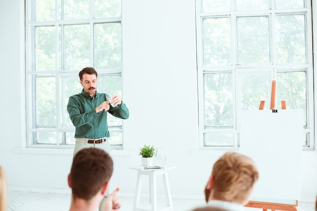 Ponente en business meeting en la sala de conferencias.