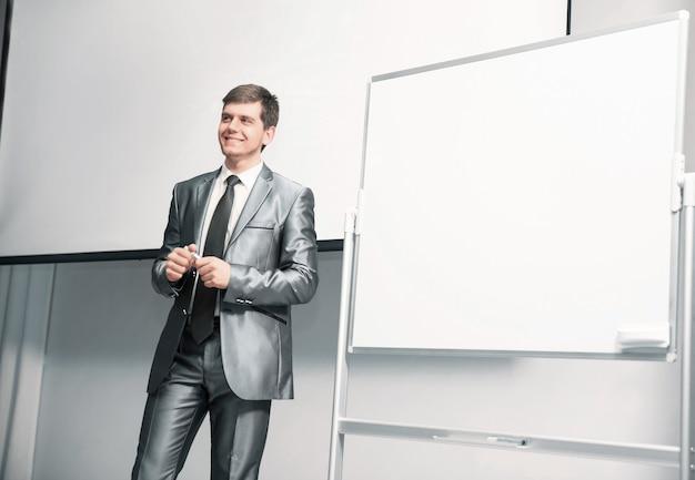 Ponente en conferencia de negocios y presentación con un tablero de presentación en blanco
