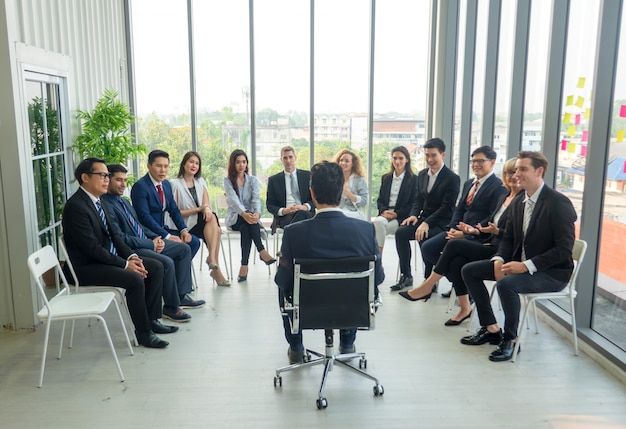 Ponente dando una charla en la reunión de negocios. audiencia en la sala de conferencias. negocios y emprendimiento. composición panorámica adecuada para pancartas