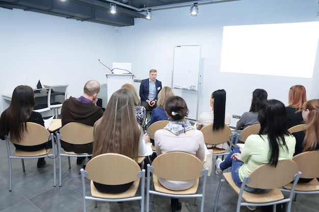 Ponente dando una charla en una reunión de negocios.