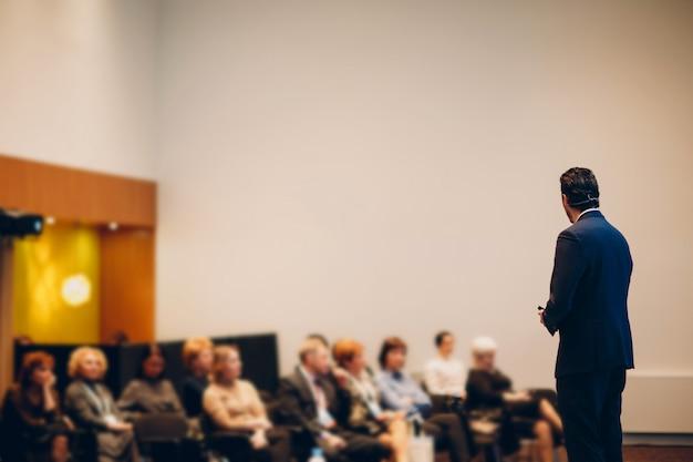 Ponente en el escenario en conferencia de negocios