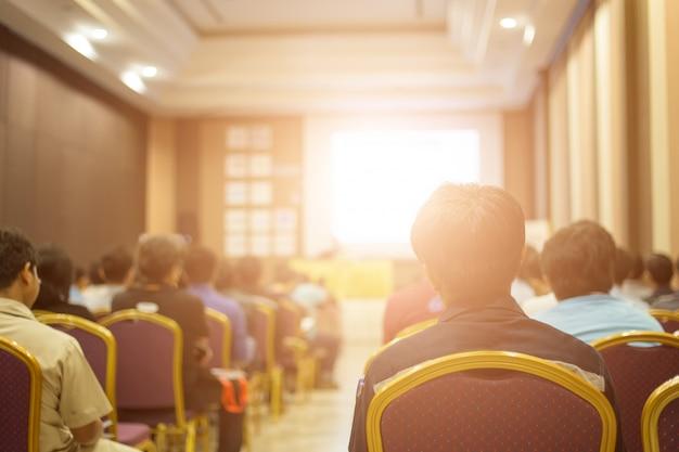 Ponente en el escenario y dando charlas en reunión de negocios.