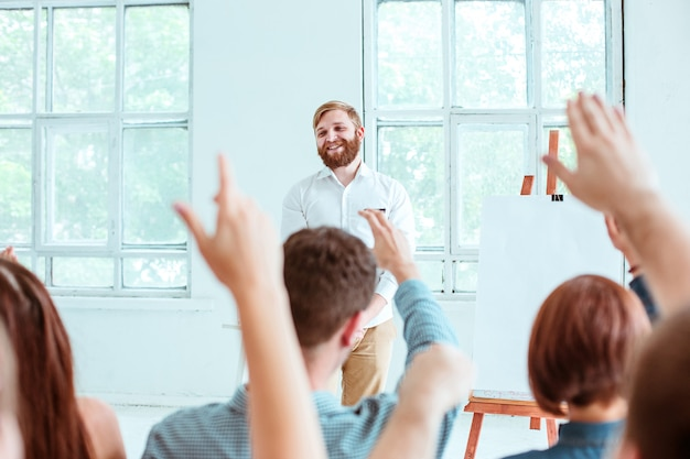 Ponente en la reunión de negocios en la sala de conferencias.