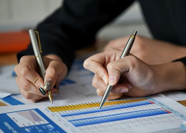 Poner en marcha conceptos de negocios, el nuevo personal de la oficina está analizando datos de gráficos.