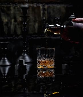 Poner un vaso de whisky escocés mezclado bien