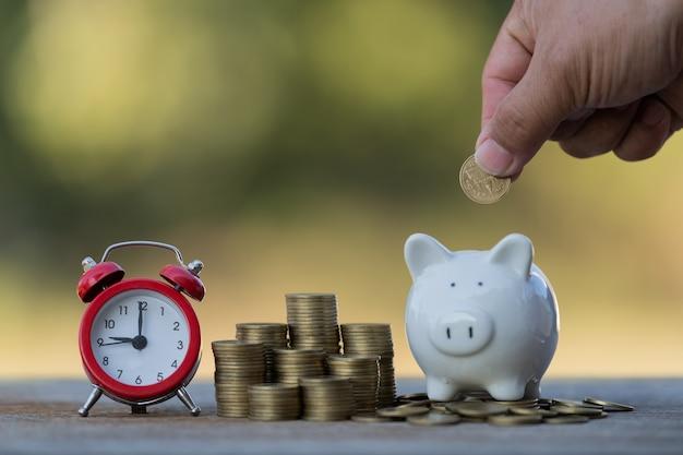 Ponga dinero en monedas en ideas de alcancía para ahorrar dinero
