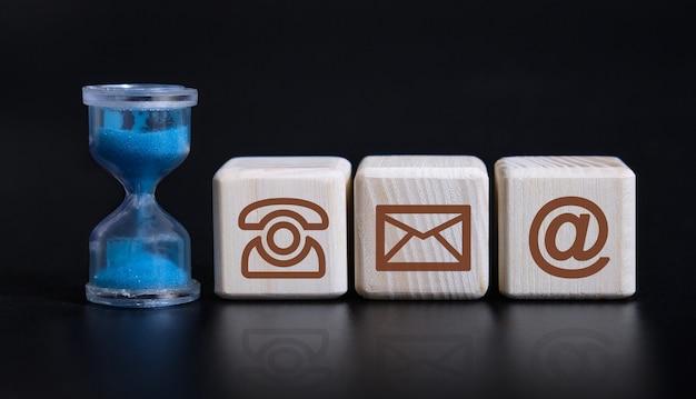 Póngase en contacto con los iconos carta mensaje de correo electrónico concepto de teléfono con un reloj de arena