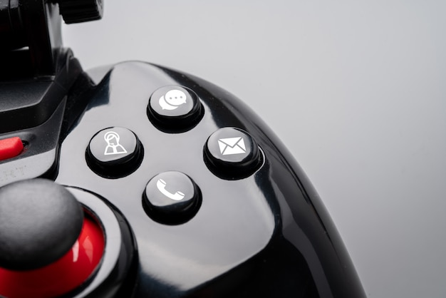 Póngase en contacto con nosotros icono en el controlador de juego colorido