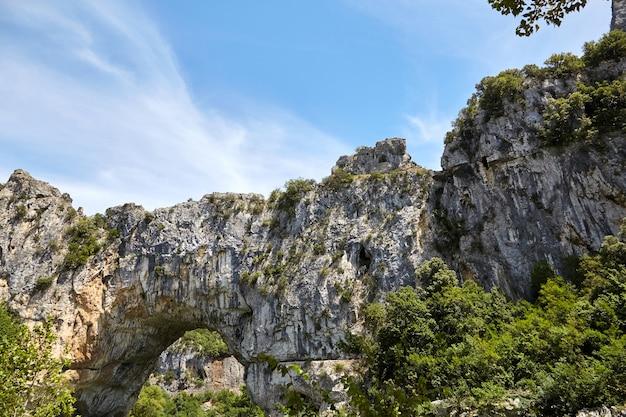 El pont d'arc es un arco de piedra natural en las gargantas de ardeche, francia